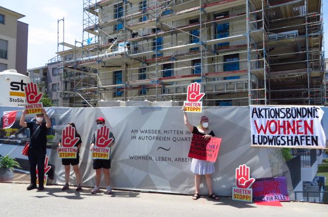 Aktionsfoto des Aktionsbündnisses Wohnen Ludwigshafen mit Mietenstopp-Händen